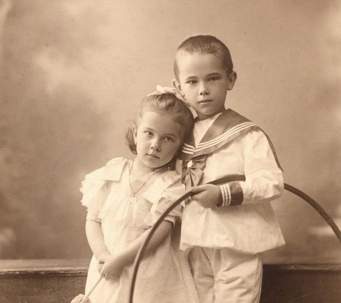 Falusi és városi gyerekek élete és játékai 1900-1980